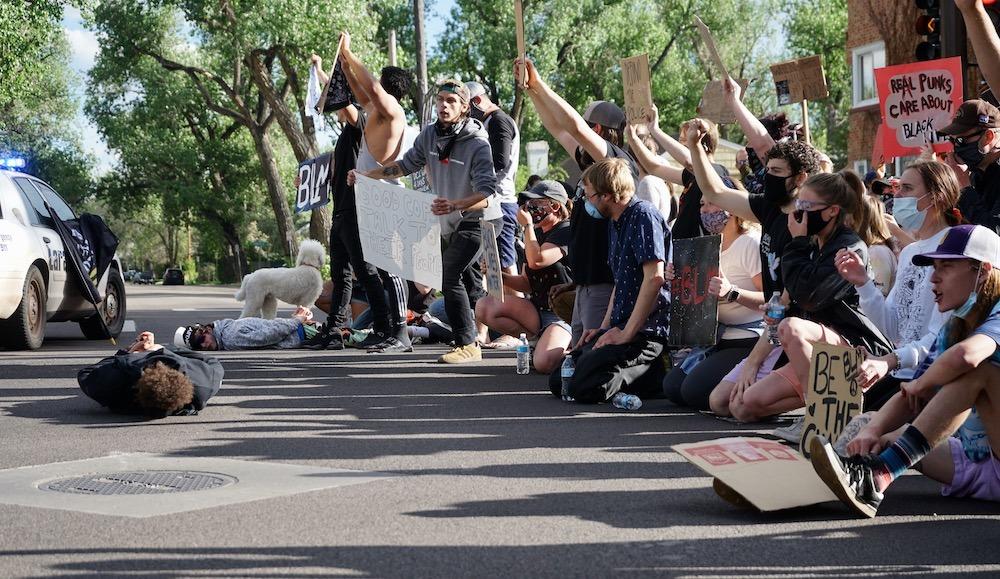 Como protestar en un pueblo donde no pasa nunca nada